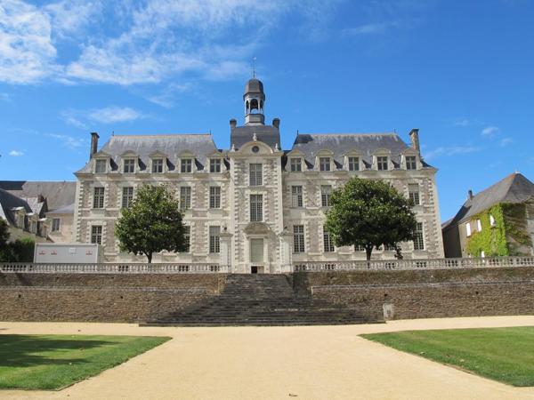 Façade Sud de l'Abbaye donnant sur les terrasses et jardins