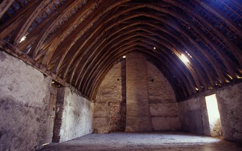 Charpente du réfectoire en coque de bateau inversé. Fin 13e siècle.